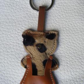 portachiavi orsetto maculato con salopette marrone