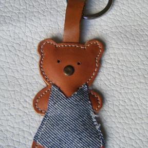 portachiavi orsetta marrone con abito jeans