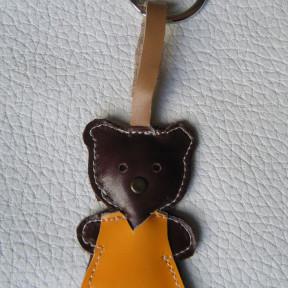 portachiavi orsetta marrone scuro con abito giallo marrone
