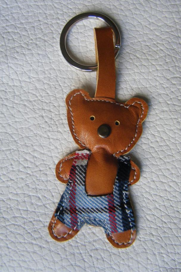 portachiavi orsetto marrone con salopette scozzese