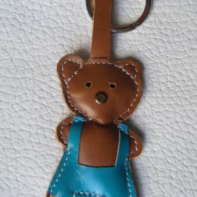 portachiavi orsetto marrone con salopette azzurra