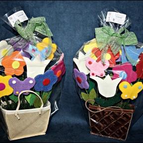 composizioni con fiori in feltro e cestino in pelle