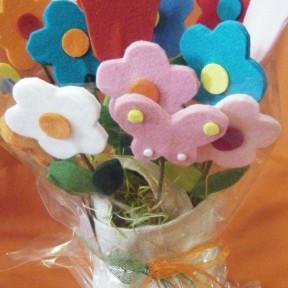 composizione fiori in feltro con cestino in stoffa