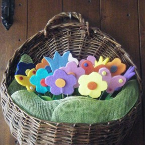 cesto sospeso con fiori in feltro