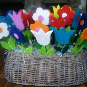 cesto con fiori in feltro