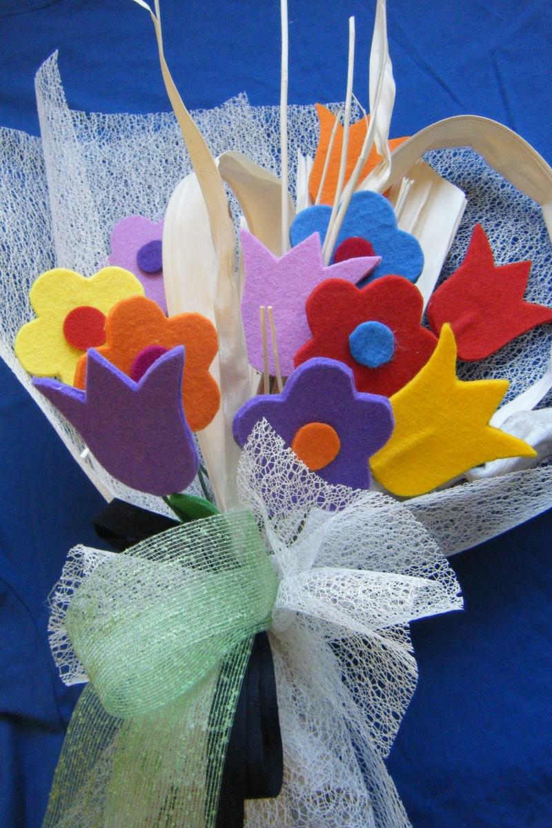 bouquet con fiori in feltro colorati