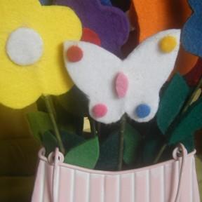 composizione fiori feltro con cestino in metallo_particolare