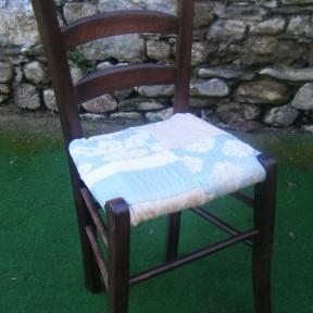 nuovo rivestimento in tessuto per vecchia sedia in paglia