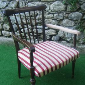 vecchia poltroncina in legno con seduta in stoffa