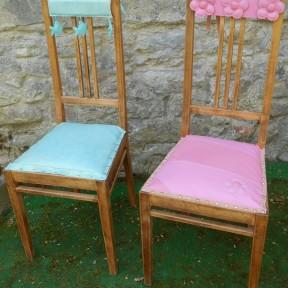 sedia in legno dopo il restyling, versione rosa e verde acqua