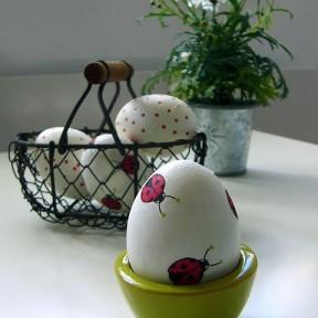uovo decorato con coccinelle
