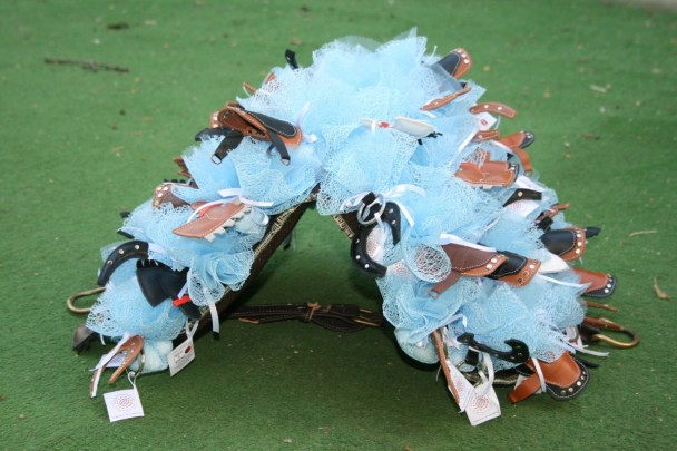 bomboniere cavallo, sella e ferro di cavallo sistemate su un supporto a forma di sella